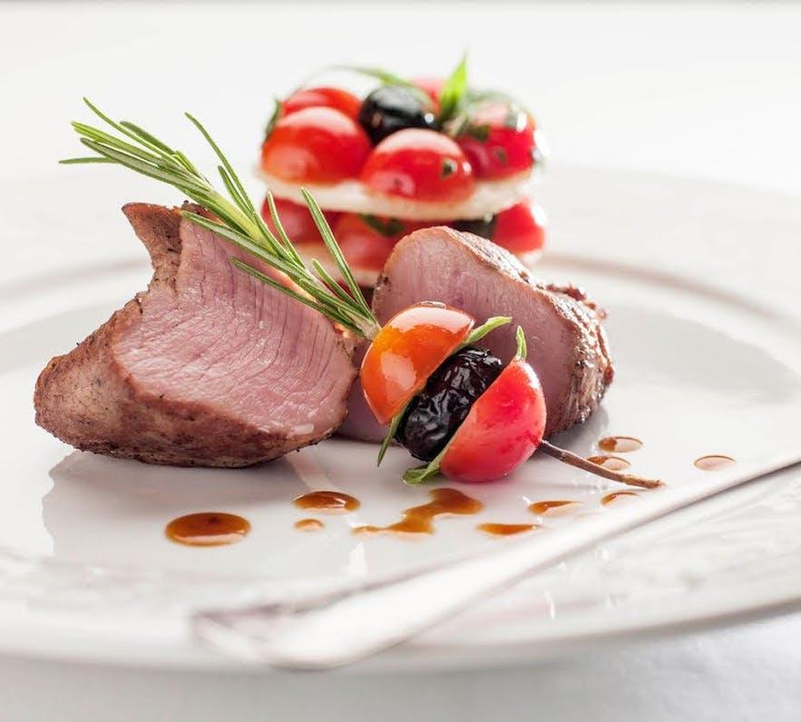Islandsk lam i gallerirestaurant på Hotel Holt