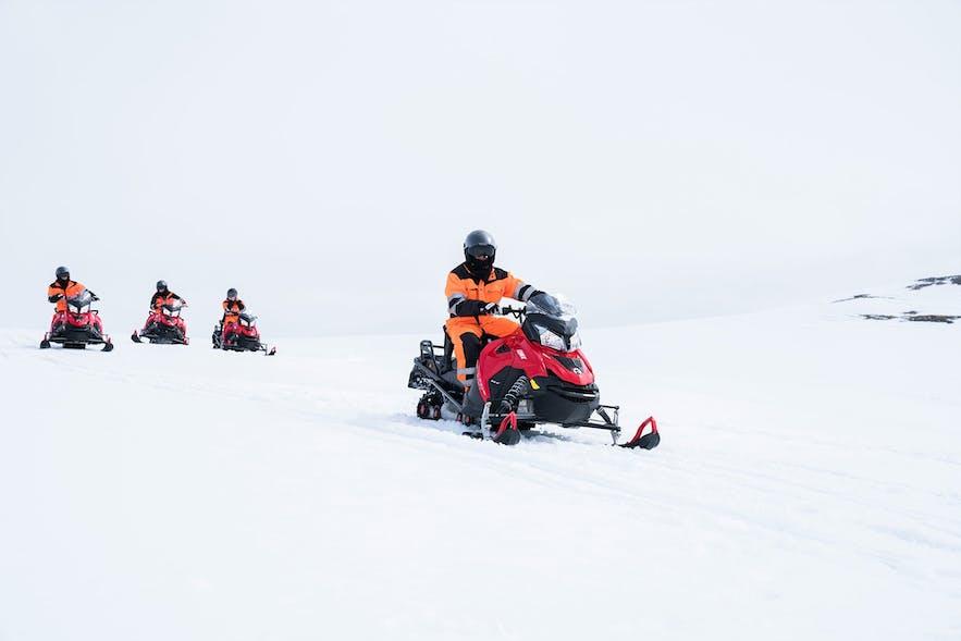sentiment d'aventure à bord d'une motoneige sur un glacier islandais