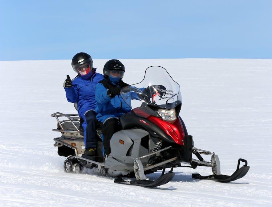 La motoneige est une activité conviviale à faire entre amis ou en famille en Islande