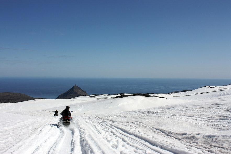 아이슬란드에서 즐기는 스노모빌에 관한 기본 가이드