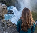 La cascada de Gullfoss es tan poderosa que al pararte junto a ella, puedes sentir la tierra temblando bajo tus pies.