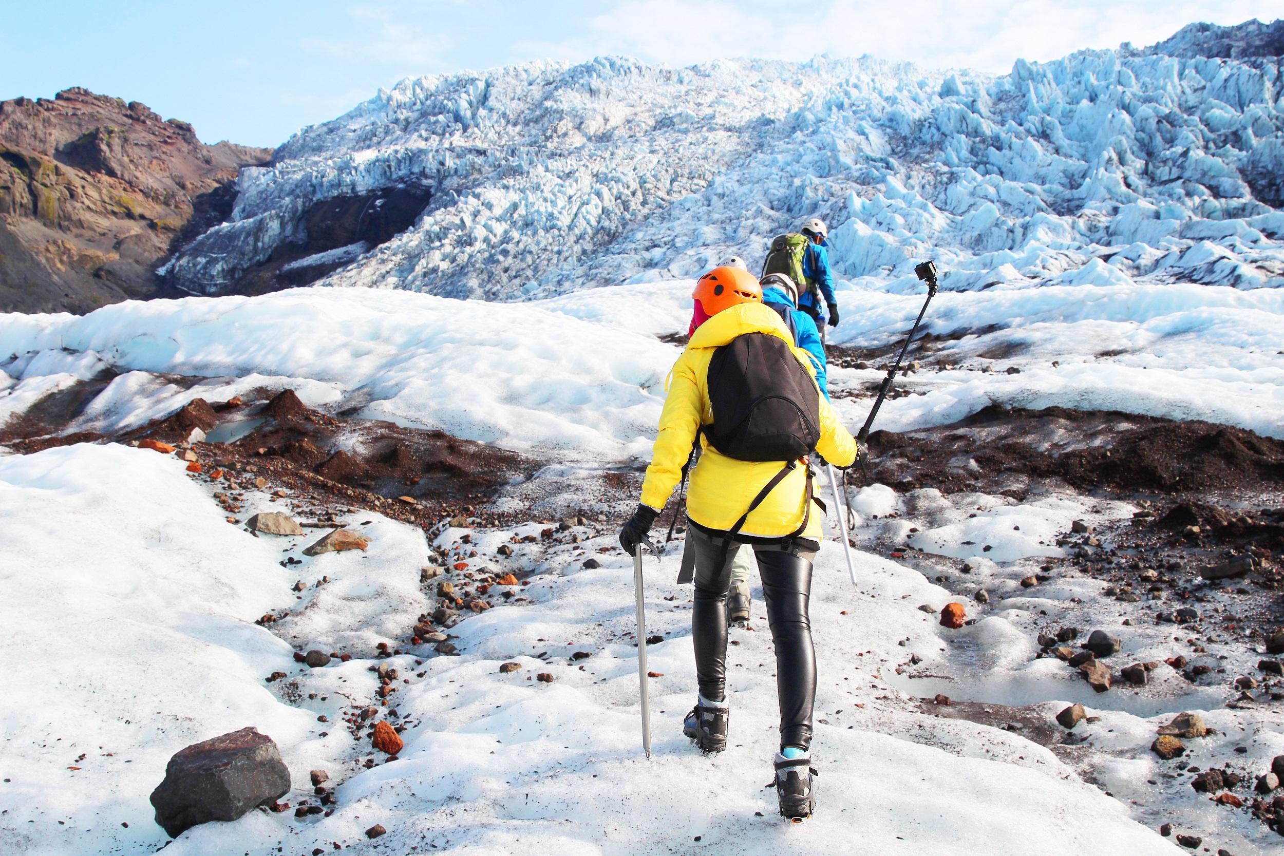 Vandra uppför glaciären Sólheimajökull på sydkusten för att uppleva Islands is.