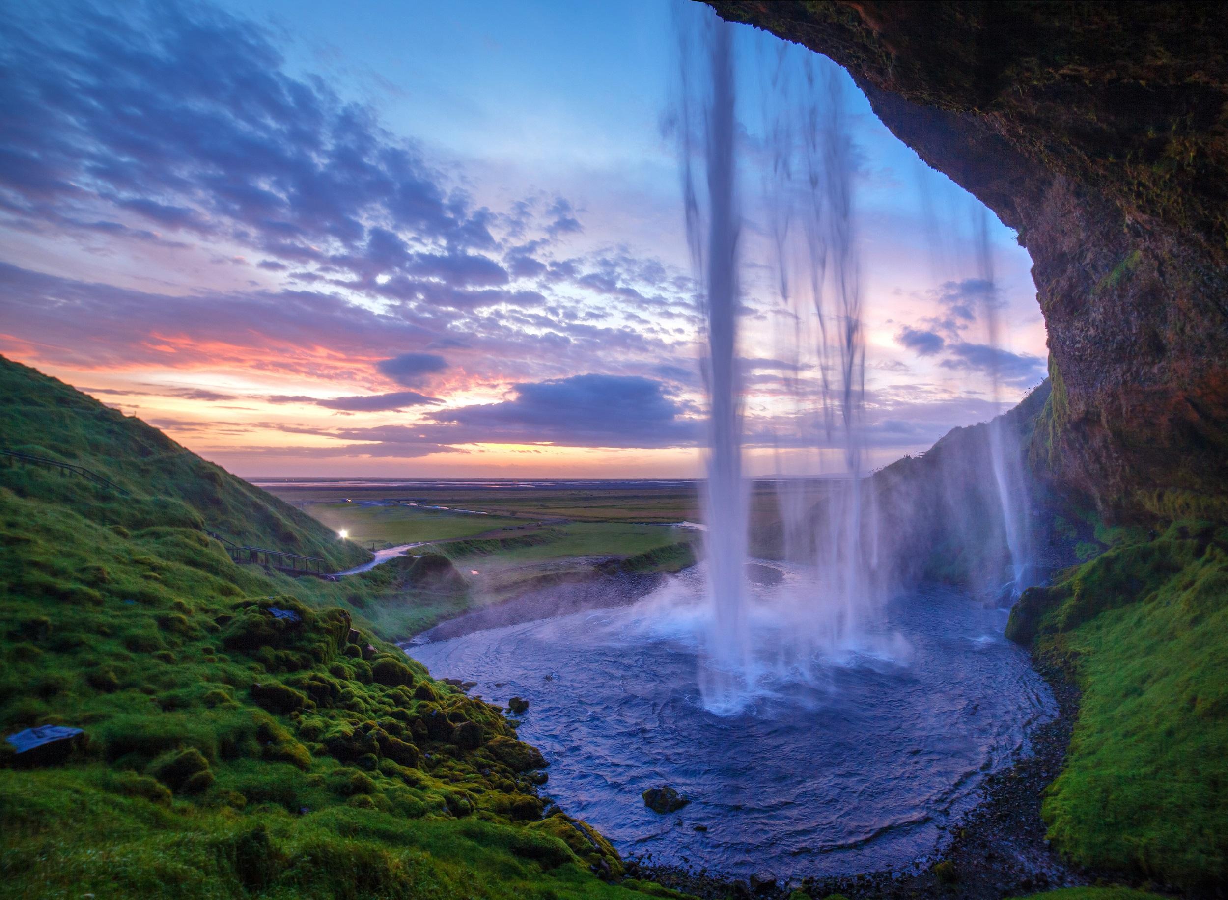 Vous pouvez marcher derrière la cascade Seljalandsfoss sur la côte sud de l'Islande.