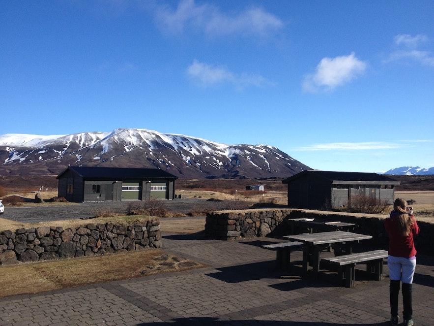 In Þingvellir gibt es einen Campingplatz, den Besucher im Sommer nutzen können und der einen fantastischen Blick auf die Berge bietet