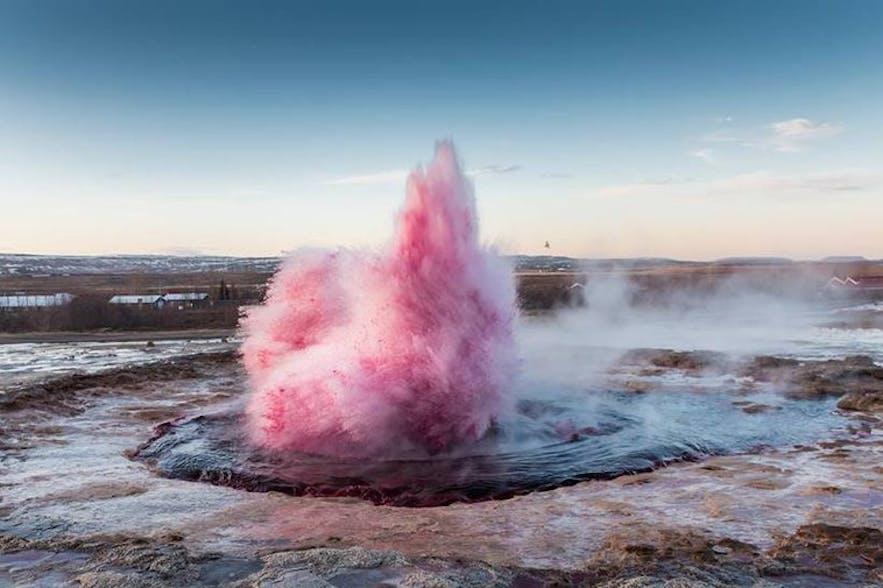 ピンクに染められたストロックル間欠泉