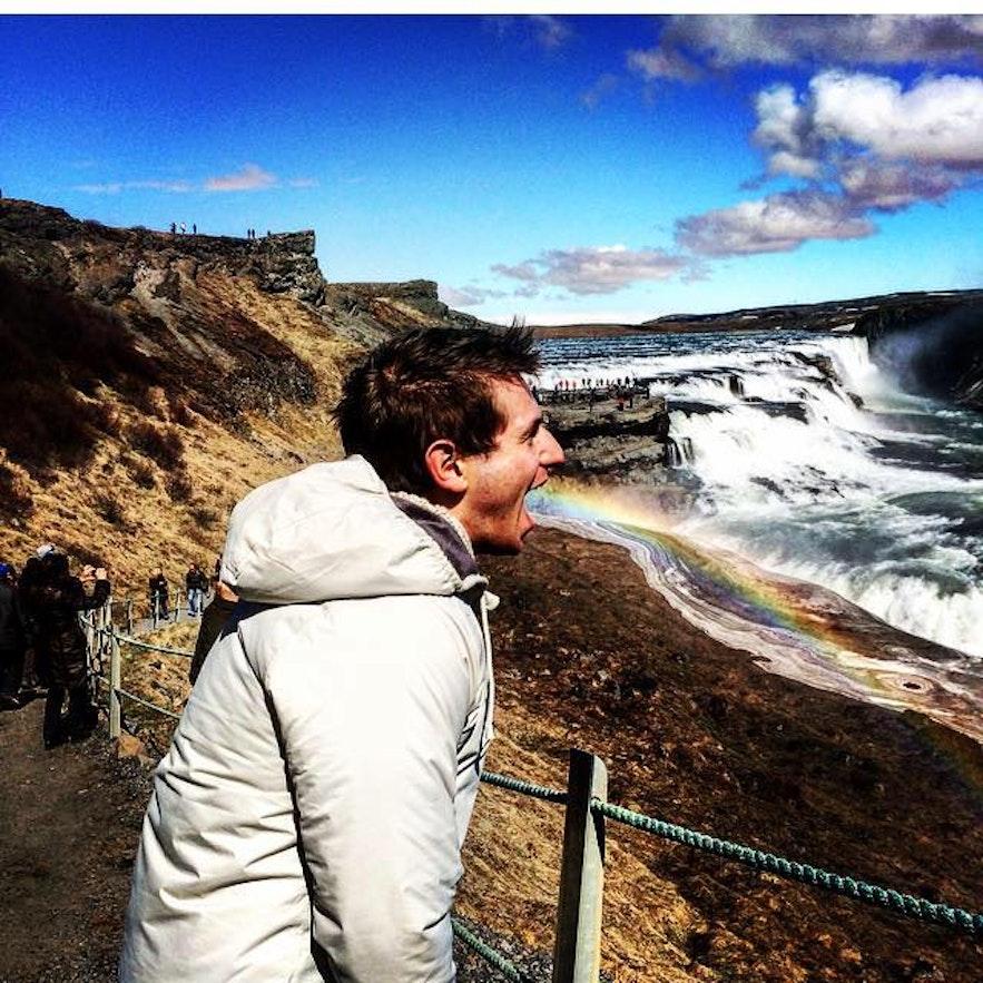 Regnbuene som dannes av vannspruten fra Gullfoss på en solskinnsdag, er flotte fotomotiv.