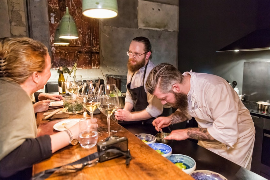 Chef-koks aan het werk in restaurant Dill, met Michelin-ster, in Reykjavík