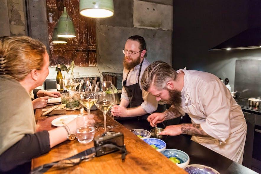 레이캬비크의 미슐랭 스타에 선정된 딜  레스토랑에서 쉐프들이 요리하는 중입니다.