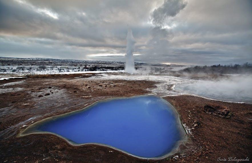 Le geyser Strokkur en éruption au Cercle d'Or