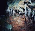 ロイヴァルホゥルスヘットリル洞窟内部では様々な氷の造形を楽しむことができる