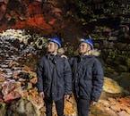 L'intérieur dramatique de la grotte Raufarhólshellir est magnifique à voir.
