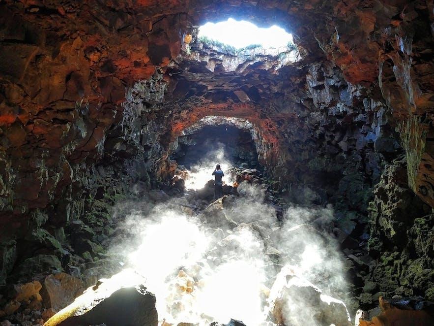 興味深い地形が出迎えてくれるロイヴァルホルスヘトリル洞窟