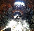 ロイヴァルホゥルスヘットリル洞窟内はまるで別世界のようだ