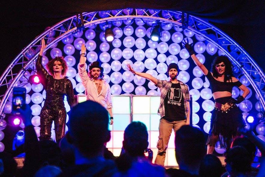 드래그 시귀르 (Drag-Súgur) 소속 배우들이 레이캬비크 레인보우 축제에서 공연 하는 모습. 왼쪽부터 Aurora Borealis, Russel Brund, Turner Strait, Wonda Starr.