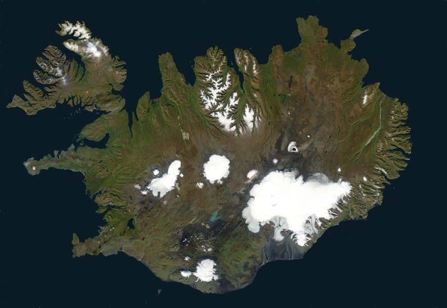 Auch wenn unterhalb des nördlichen Polarkreises gelegen, ist vom Weltraum aus klar zu sehen, dass 11 Prozent des Landes mit Eis bedeckt sind