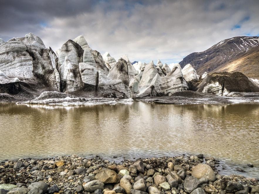 ชั้นของหินในก้อนน้ำแข็งสามารถบอกให้นักวิทยาศาสตร์รู้ถึงสภาพของโลกในยุคต่างๆ