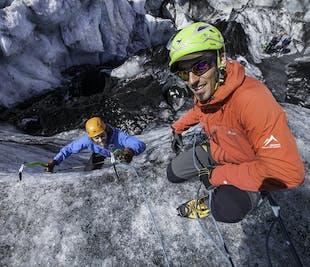 ソゥルヘイマヨークトル発 氷河ハイキングとアイスクライミング体験