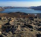 レイキャネス半島にあるクレイヴァルヴァトン湖は広大な溶岩の大地に囲まれている