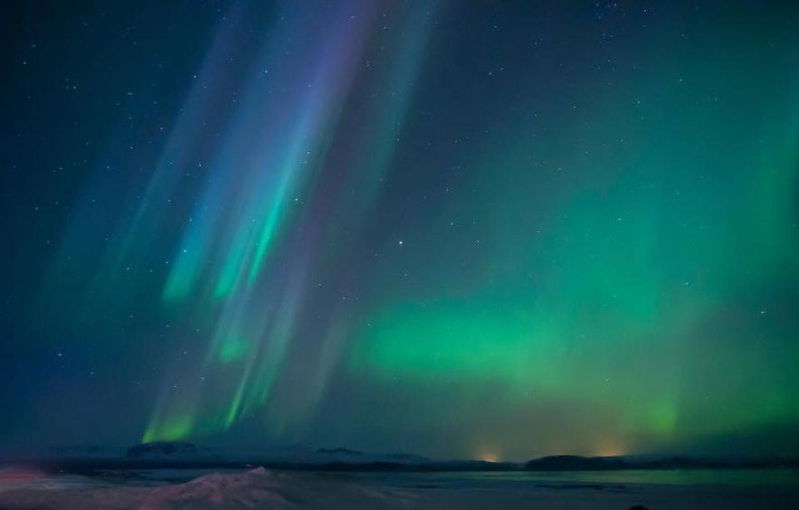 冰島極光在夜空中飛舞