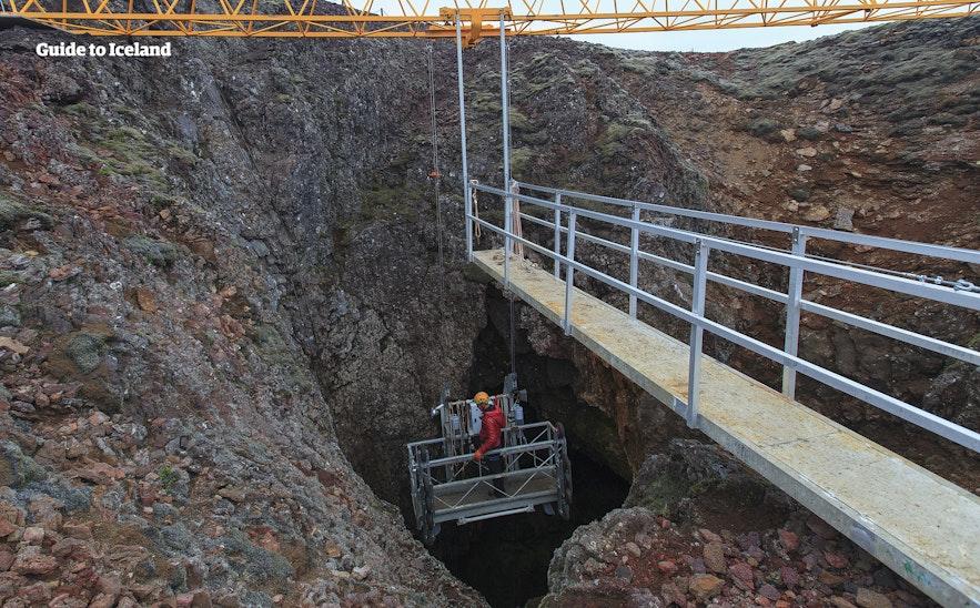 スリーフヌカギグル火山のマグマだまりに降りるゴンドラ