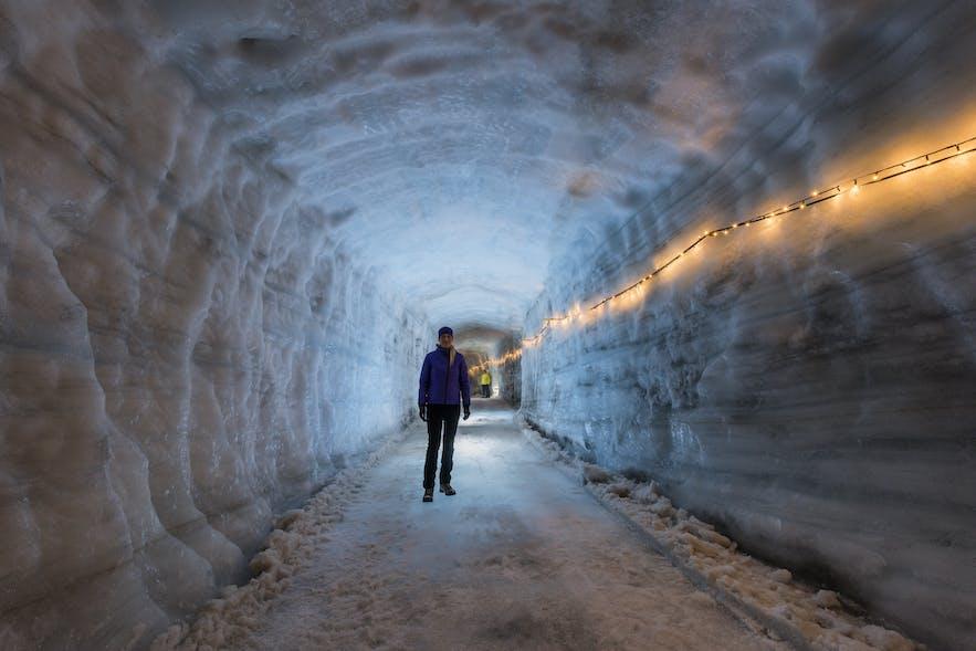 ラングヨークトル氷河のアイストンネル