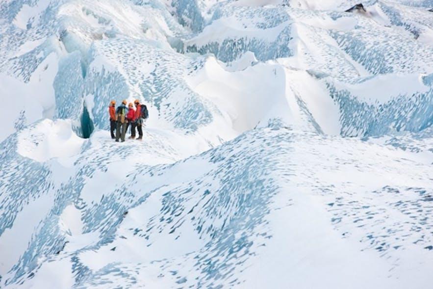 Les glaciers ont de nombreuses et belles crevasses de glace