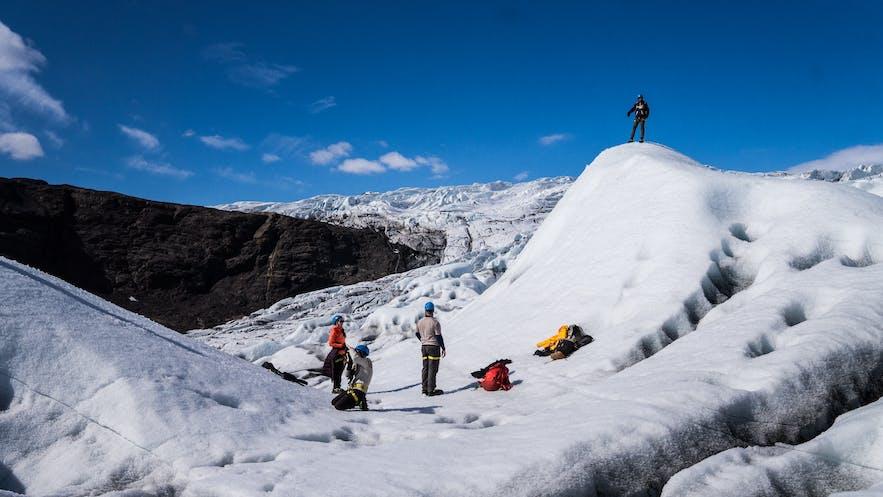 晴天のもとの氷河ハイキング