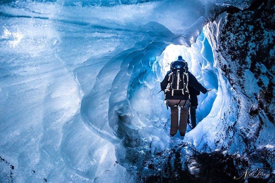 氷河にできた小さなトンネル