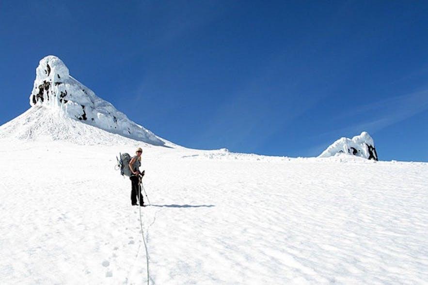 """Wanderungen auf den Snæfellsjökull bringen dich zu den """"Twin Peaks"""" – unter einem dieser Gipfel führt eine Höhle angeblich zum Mittelpunkt der Erde"""