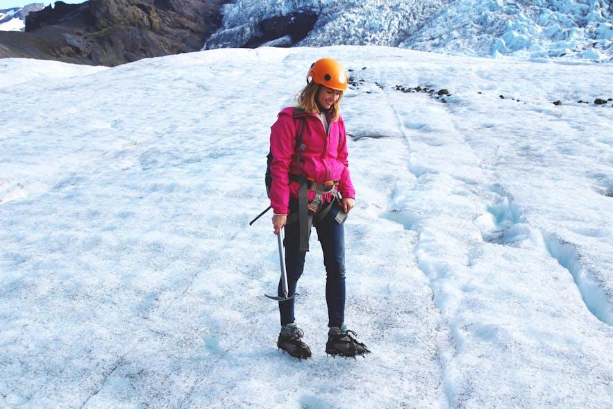 Vous êtes équipé de crampons, harnais, piolet et casque lors d'une randonnée sur glacier