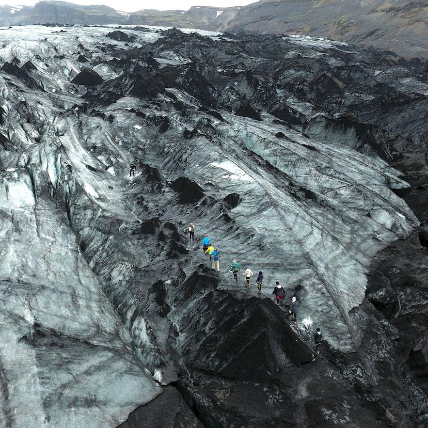 Der Sólheimajökull – mit seinem weißen Pulverschnee, seiner schwarzen Asche und seinem blauen Eis – ist berühmt für seine Farben