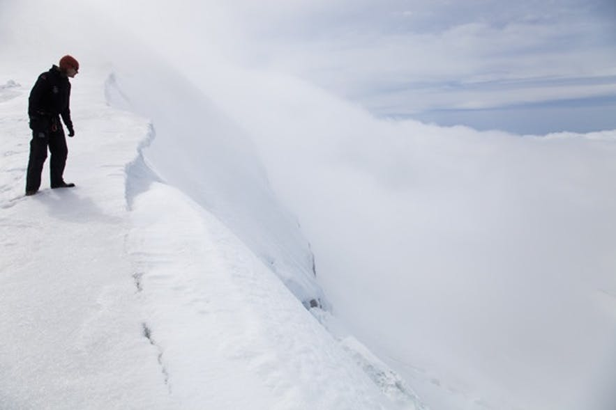 La neige peut recouvrir une crevasse, attention!