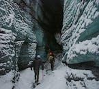 黒い氷の洞窟の入り口はまさに別世界への入り口のよう