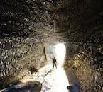 自然に独特な凹凸感のある黒い氷の洞窟