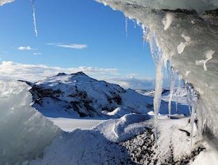 レイキャビク発|ミルダルスヨークトル氷河の洞窟