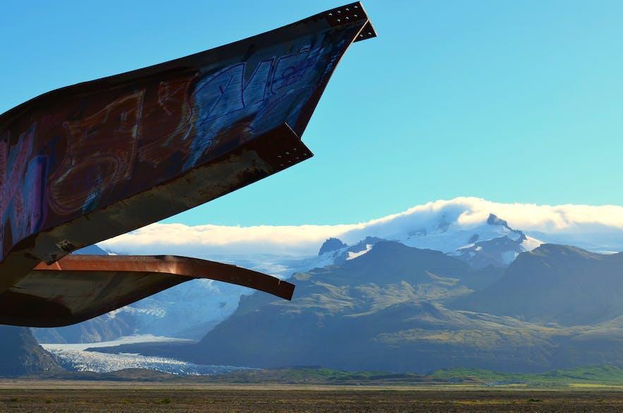 Ruiny mostu Skeiðarárbrú przy islandzkich lodowcach.