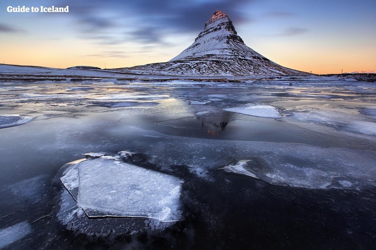"""Snæfellsneshalvön kallas """"Island i miniatyr"""" och olika landskap och kännemärken, inklusive spektakulära berg som Kirkjufell, vilka här är avbildade mitt i vintern."""