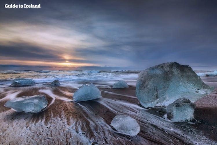หาดไดมอนด์บีช หนึ่งในสถานที่ต้องไปในทางตะวันออกเฉียงใต้ของไอซ์แลนด์ ภูเขาน้ำแข็งสีฟ้าบนหาดทรายสีดำและเกลียวคลื่นสีขาวเป็นภาพคอนทราสต์ที่สวยงามจับใจ