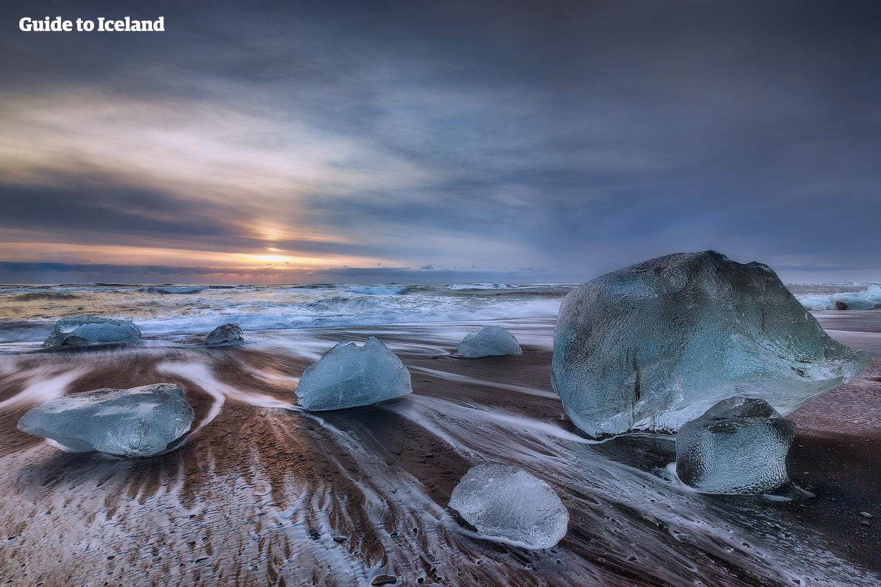 Ett av underverken på sydöstra Island är Diamantstranden, där blå isberg vilar på den svarta sanden som en vacker kontrast till de virvlande vita vågorna.