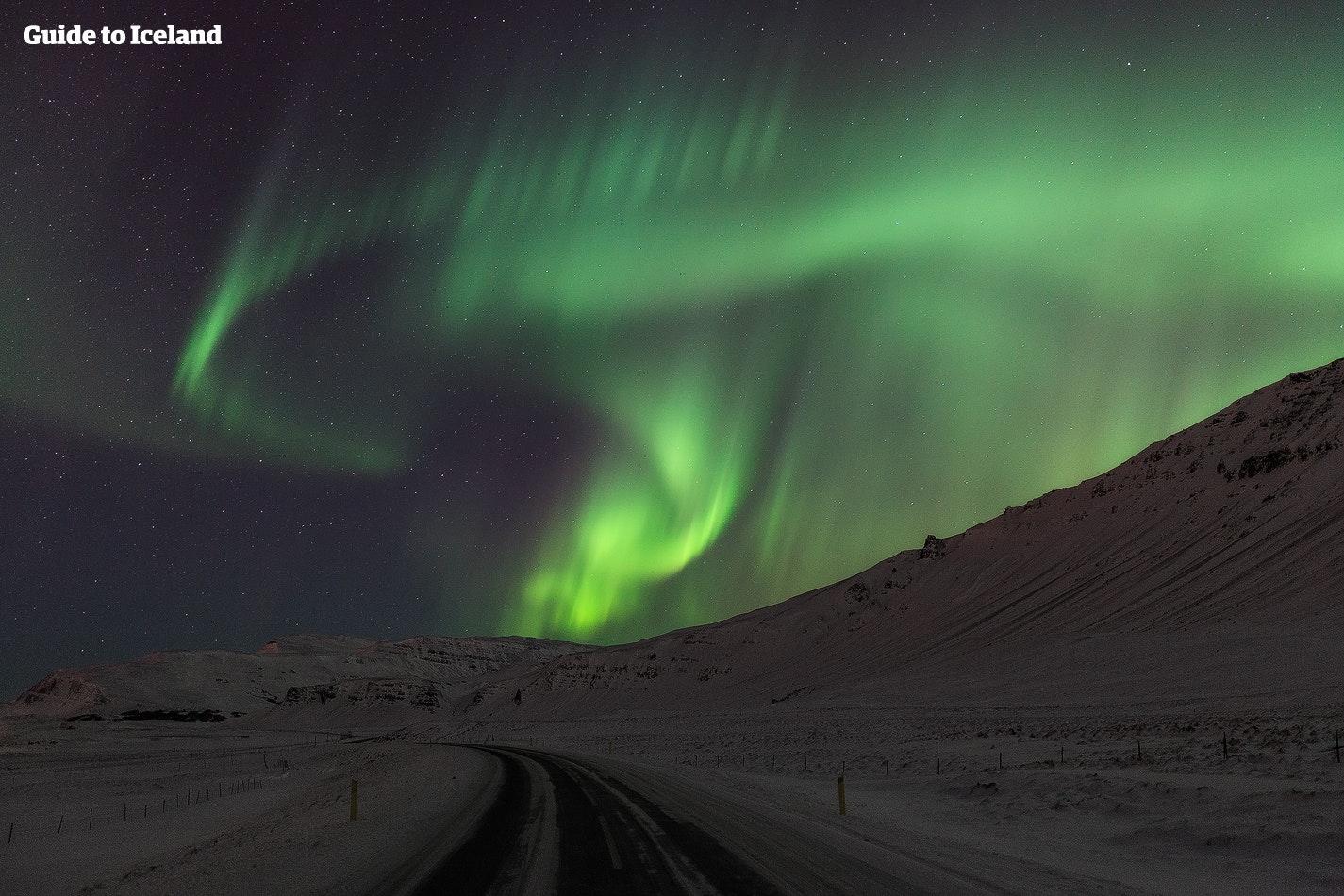 Het noorderlicht beloont diegenen die ernaar zoeken, en een autorondreis biedt eindeloze mogelijkheden voor bezoekers om erop te jagen.