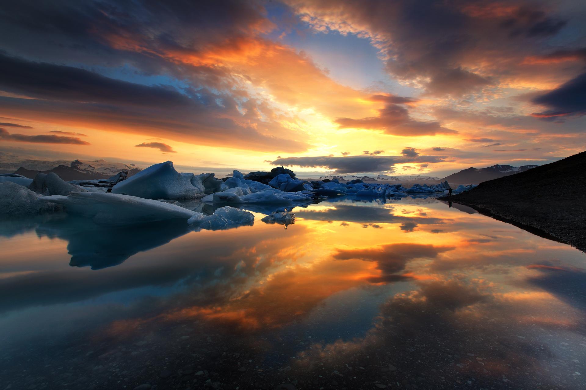 アイスランドで一番深い湖、ヨークルスアゥロゥン氷河湖で反射する夜明け