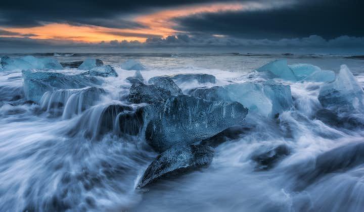 波が引く時にごろごろと転ぶダイヤモンドビーチの氷山のかけら