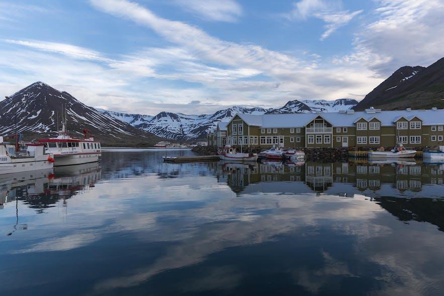 冰岛西峡湾的锡格吕菲厄泽是一座宁静的峡湾小镇