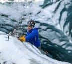 氷河の壁に立ち向かうアイスクライミング