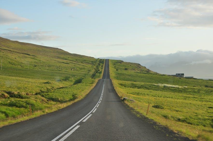 Eine Straße in Island im Sommer