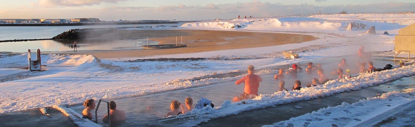 La plage Nauthólsvík à Reykjavik est populaire toute l'année