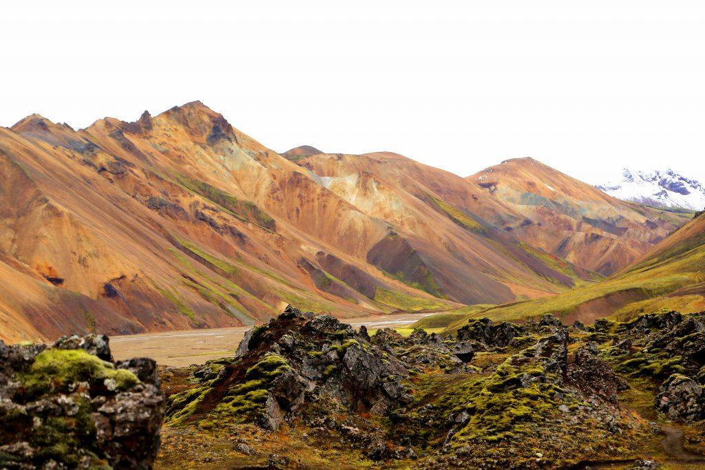 Le célèbre trek de Laugavegur commence au milieu des collines kaléidoscopiques de Landmannalaugar («Les bassins du peuple»).