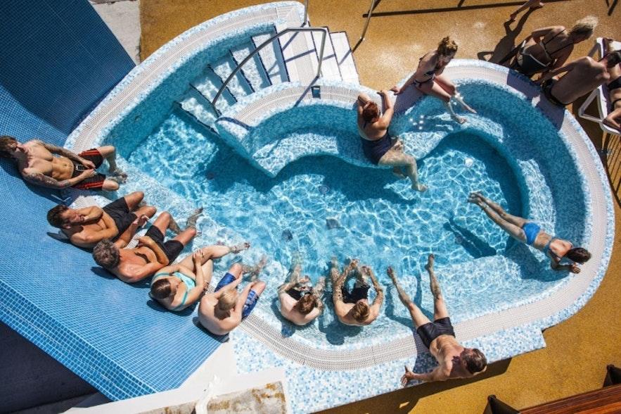 Słoneczny dzień na basenie w Reykjaviku.