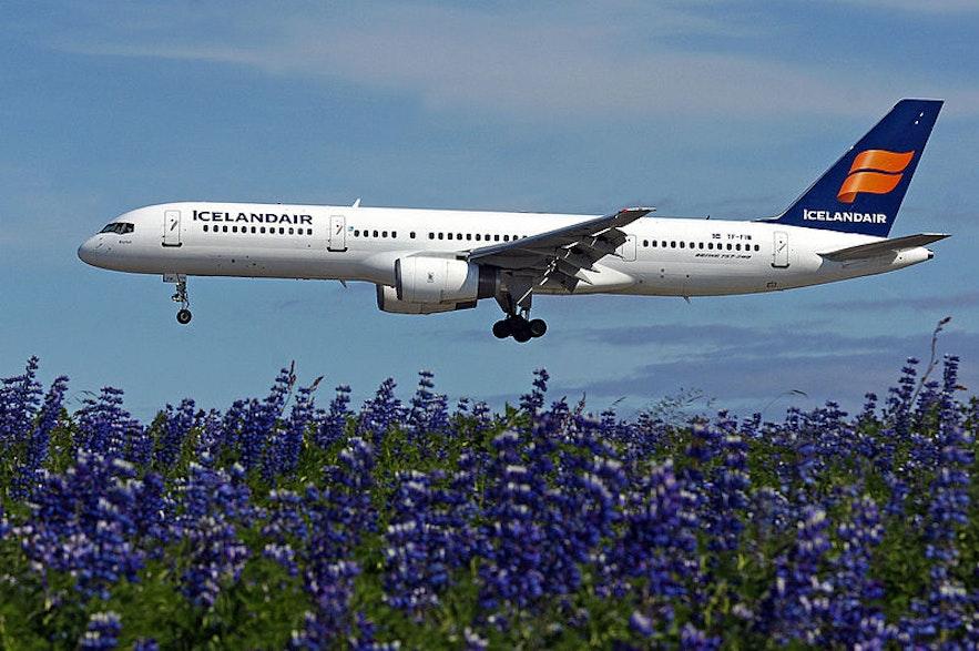 케플라비크 국제 공항을 떠나는 아이슬란드 국적기