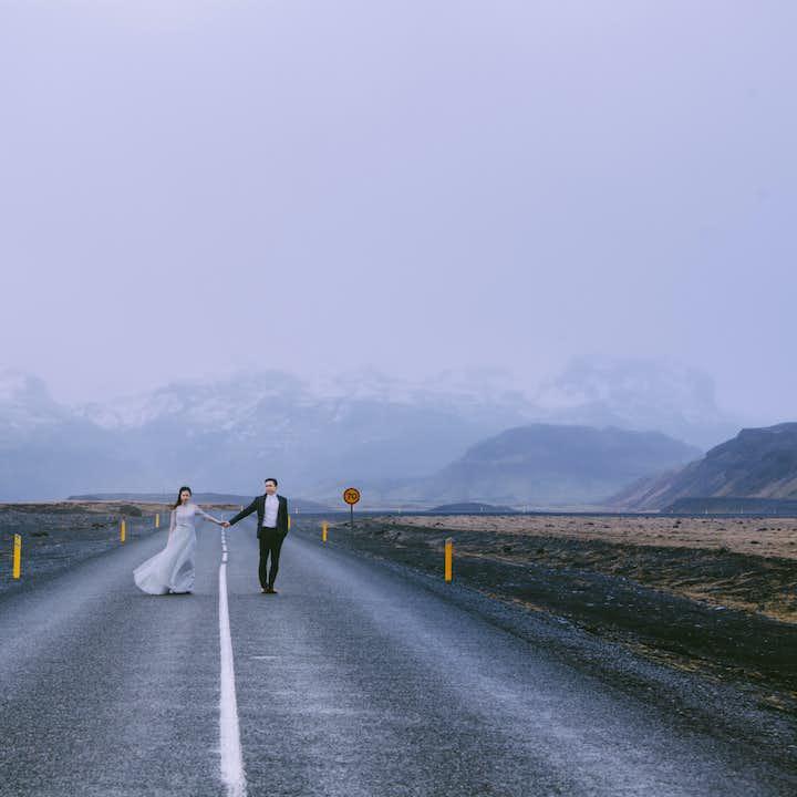 蜜月私奔到冰岛,沿冰岛一号环岛公路旅拍,为您打造最特别的婚纱照与情侣写真。